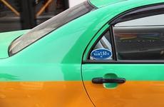 """西安市民乘出租车扫""""智慧码""""并评论 坐出租车可获优惠券"""