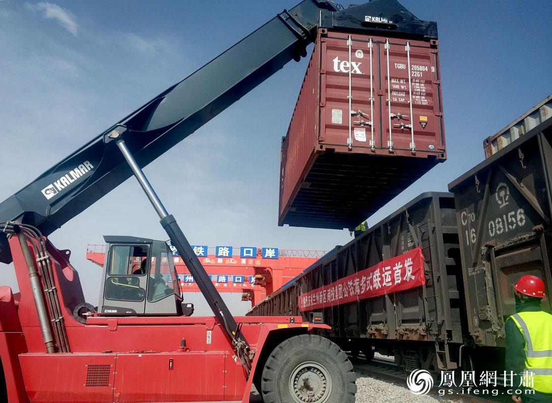 食品香料经公路运输抵达兰州新区中川北站物流园后,转由铁路运往黄岛港。肖刚 摄