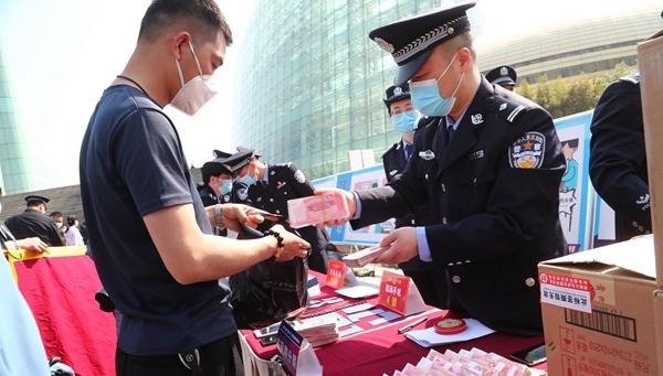 """郑州警方举行""""猎鹰一号""""专项行动返赃大会"""