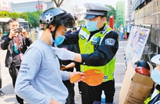 一盔一带新规推动头盔热销 交警建议市民选购时应认准3C标志