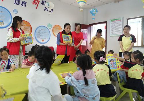 安徽桐城:图书馆送书开展少儿阅