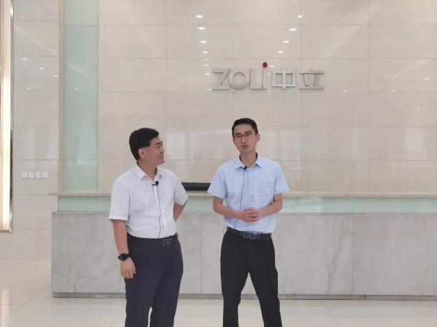 图:中立集团总经理 詹成(右) 与中国建博葵花奖评选委员会秘书长 陈军(左) 进行亲切交流。