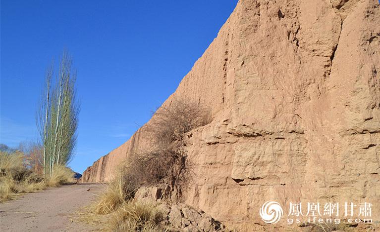 御山峡谷中逶迤西去的明长城 杨文远 摄