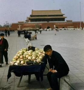 在天安门广场摆摊 资料图片来源网络