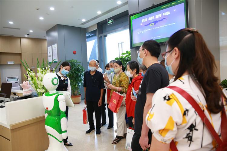 图为中国人寿深圳市分公司7.8开放日的场景