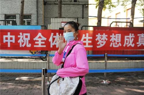 """黑龙江2020年高考作文题发布!哈尔滨4.7万考生完成""""第一战"""""""