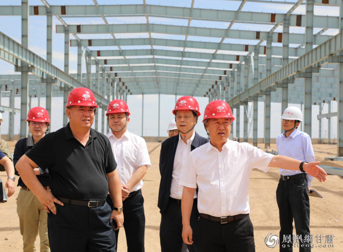 商投集团董事长巨宝庆(前排右一)在新材料加工项目现场考察