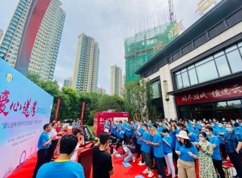 潍坊市200位爱心司机汇聚领取车贴和绿丝带  爱心送考为梦想护航
