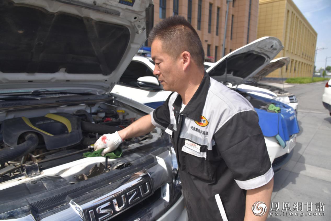 车之港公司机修工对交警大队警务用车进行故障检测