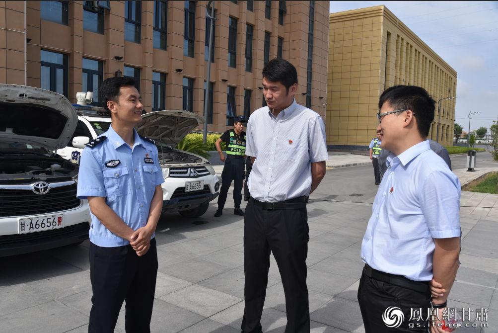 兰州新区商投商贸有限公司副总经理王三金(中)、总经理助理邹龙飞(右)为兰州新区交警大队送去汽车用品。