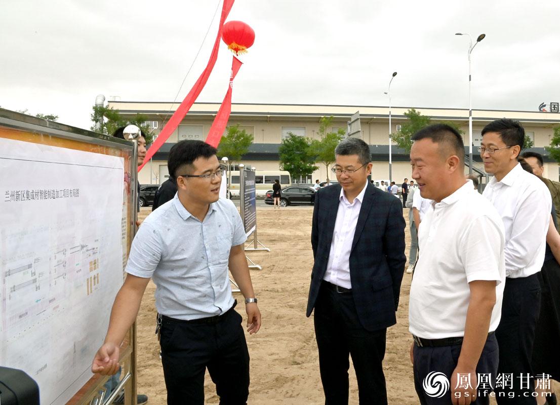 商投集团董事长巨宝庆(左三)等与会嘉宾现场了解了集成材智能制造加工项目情况 肖刚 摄