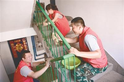 7月25日,在铁西,志愿者清洁楼道,美化家园。 张文魁摄