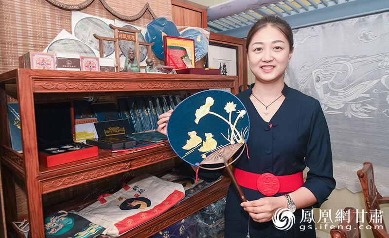 工作人员向来访嘉宾介绍武威馆内的文创产品 杨艺锴 摄