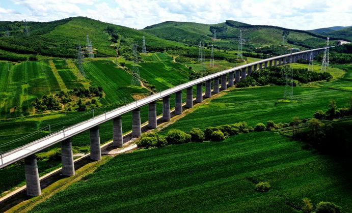在建最北高铁最长隧道——牡佳高铁七星峰隧道贯通
