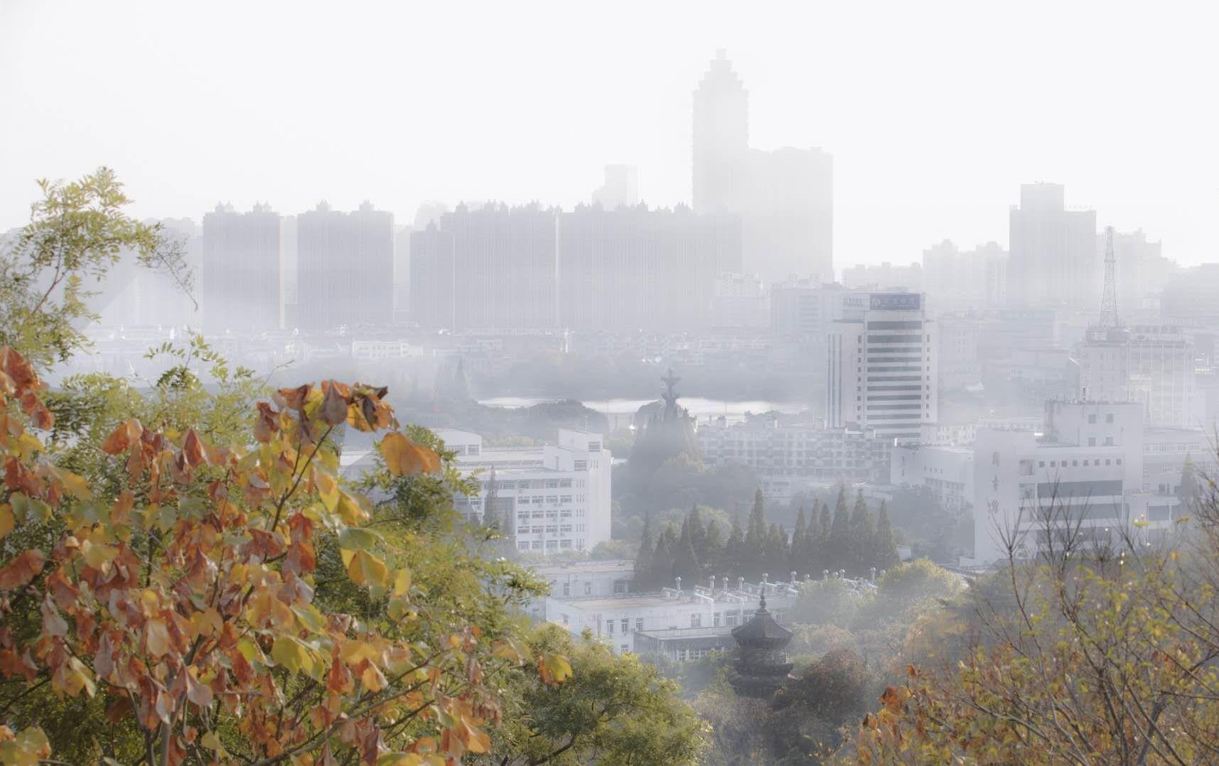 薄雾轻笼的小城芜湖。亭台、楼宇影影绰绰,好似一幅水墨丹青图。摄影/赵玮