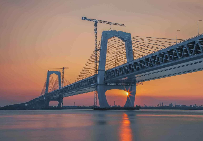 天门山下,水波不兴的长江及霞光掩映的芜湖长江大桥。摄影/赵玮