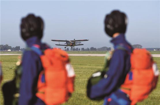 在场边等待登机的女学员,远远地望着刚刚起飞的飞机,内心充满了期待。