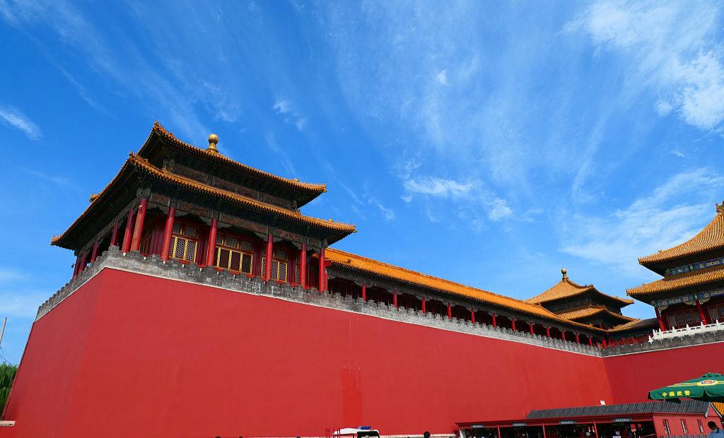 藍天紅墻相互輝映 雨后故宮景觀迷人
