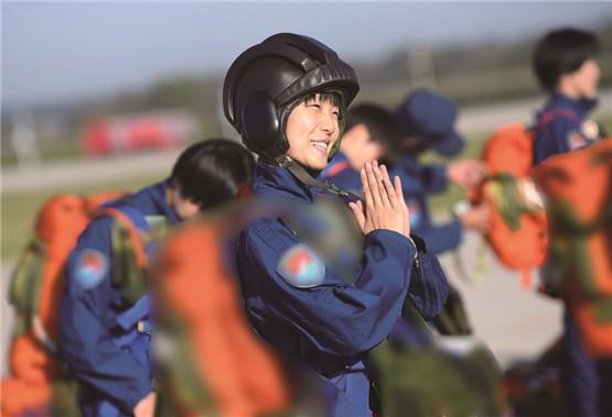 起飞前,一名女学员微笑着拍手为自己加油打气。