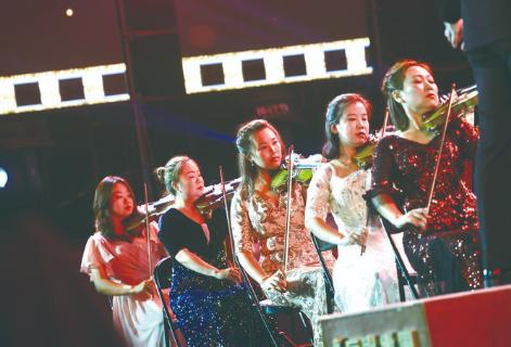 """6日,表演者在""""长影之夜""""中演奏。 赵滨摄"""