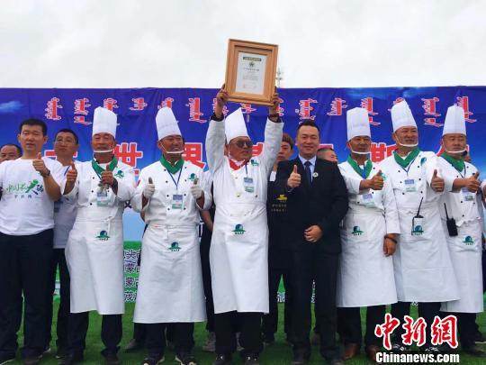 """图为""""中国最大锅""""手扒肉成功创""""中国之最""""记录。 张玮摄"""