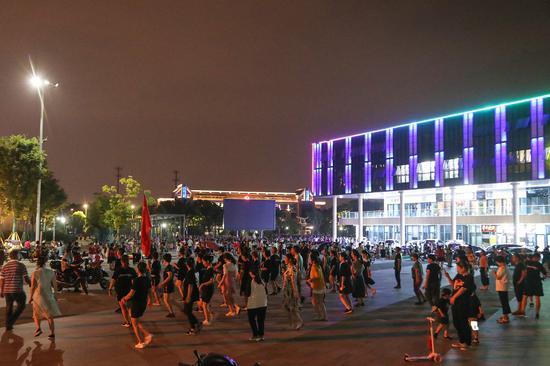 夜晚市民跳舞。赵炜摄