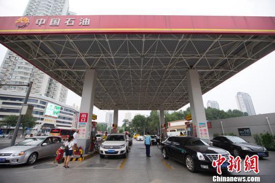 资料图:车辆正在加油站加油。 张云摄
