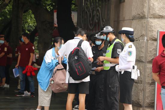7月7日,浙江32万余考生迎来高考。 童笑雨摄