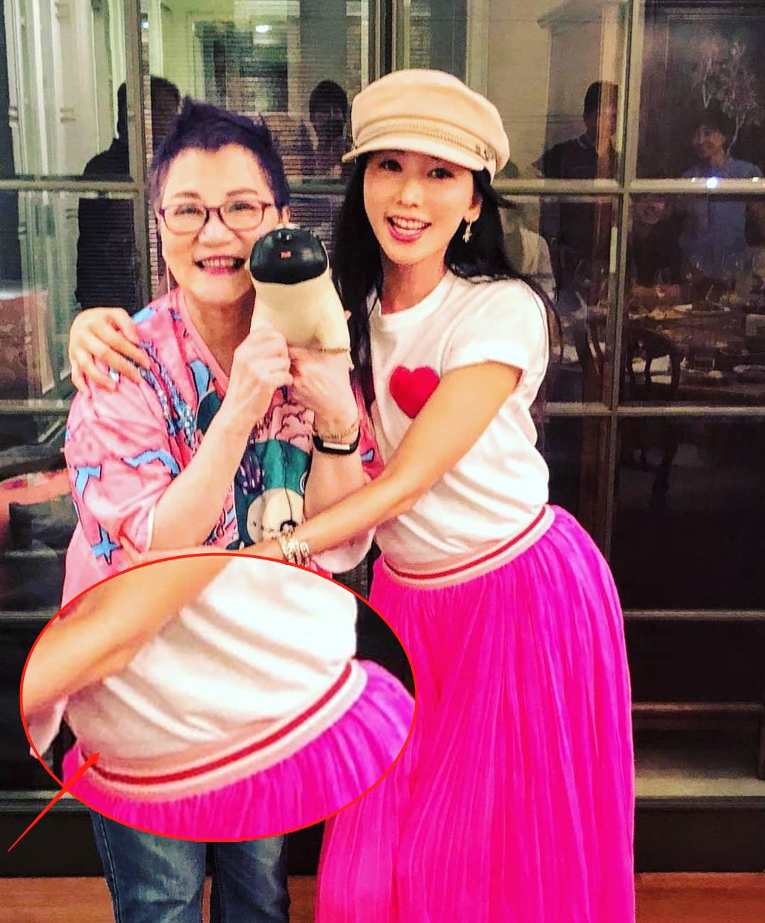 林志玲穿芭比粉裙,微蹲弯腰小肚圆凸,有没怀孕一目了然