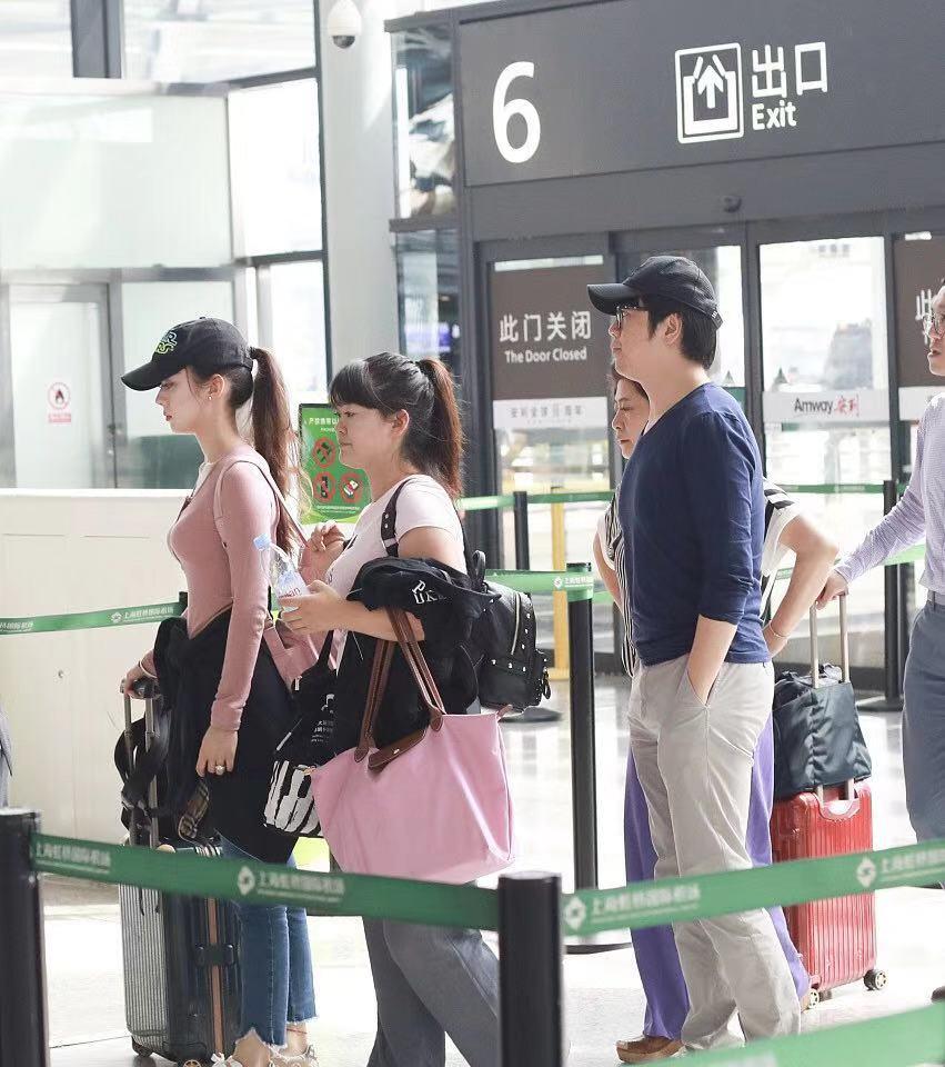 郎朗携娇妻现身机场,吉娜身材火辣大钻戒超抢镜