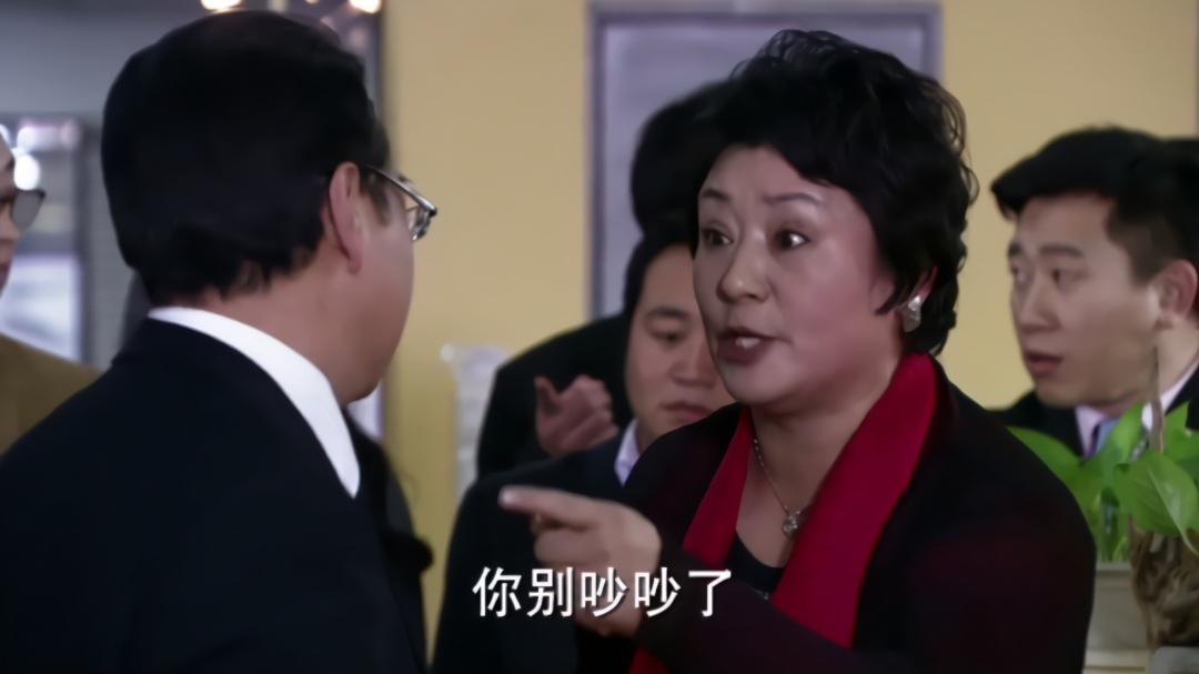 老板娘和老板在公司吵架,员工们都围着看,老板的面子一下就没了