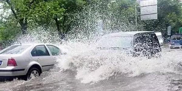 台风天少开车,如果一定要出门,这几个用车技巧绝对帮到你
