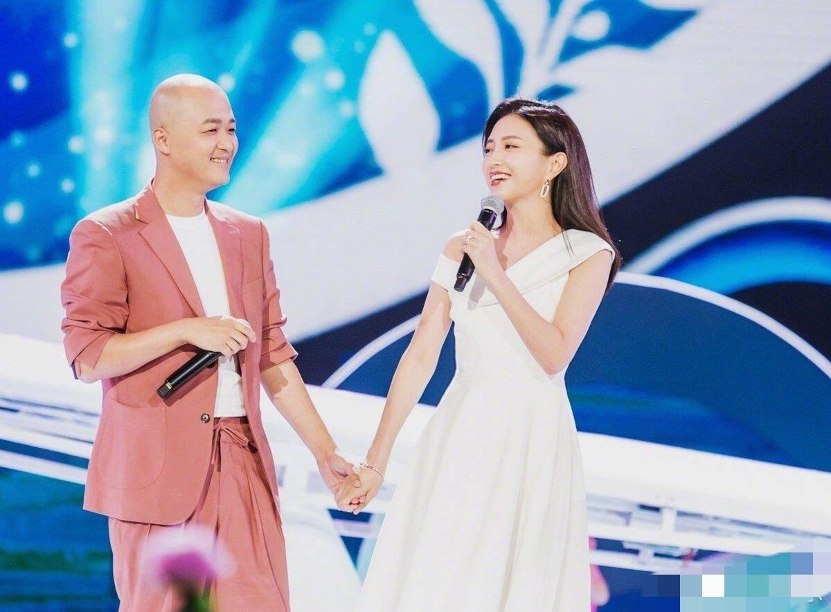 林志玲无缘晚会,王祖蓝为老婆理发丝,黄晓明杨颖却分开亮相?
