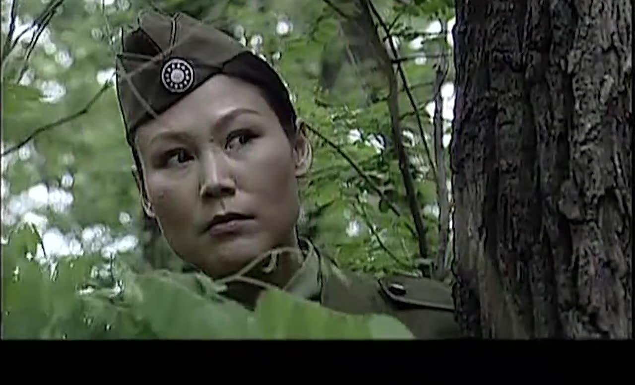 女兵逃跑被抓回来用刑,竟被女教官当众打死,太残忍了
