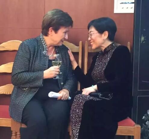 格奥尔基耶娃与时任中国驻欧盟使团团长杨燕怡大使在布鲁塞尔亲切交流