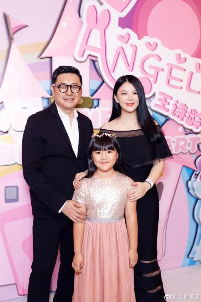 李湘带女儿出游,王诗龄一身奢侈品帽子背包被曝上千元