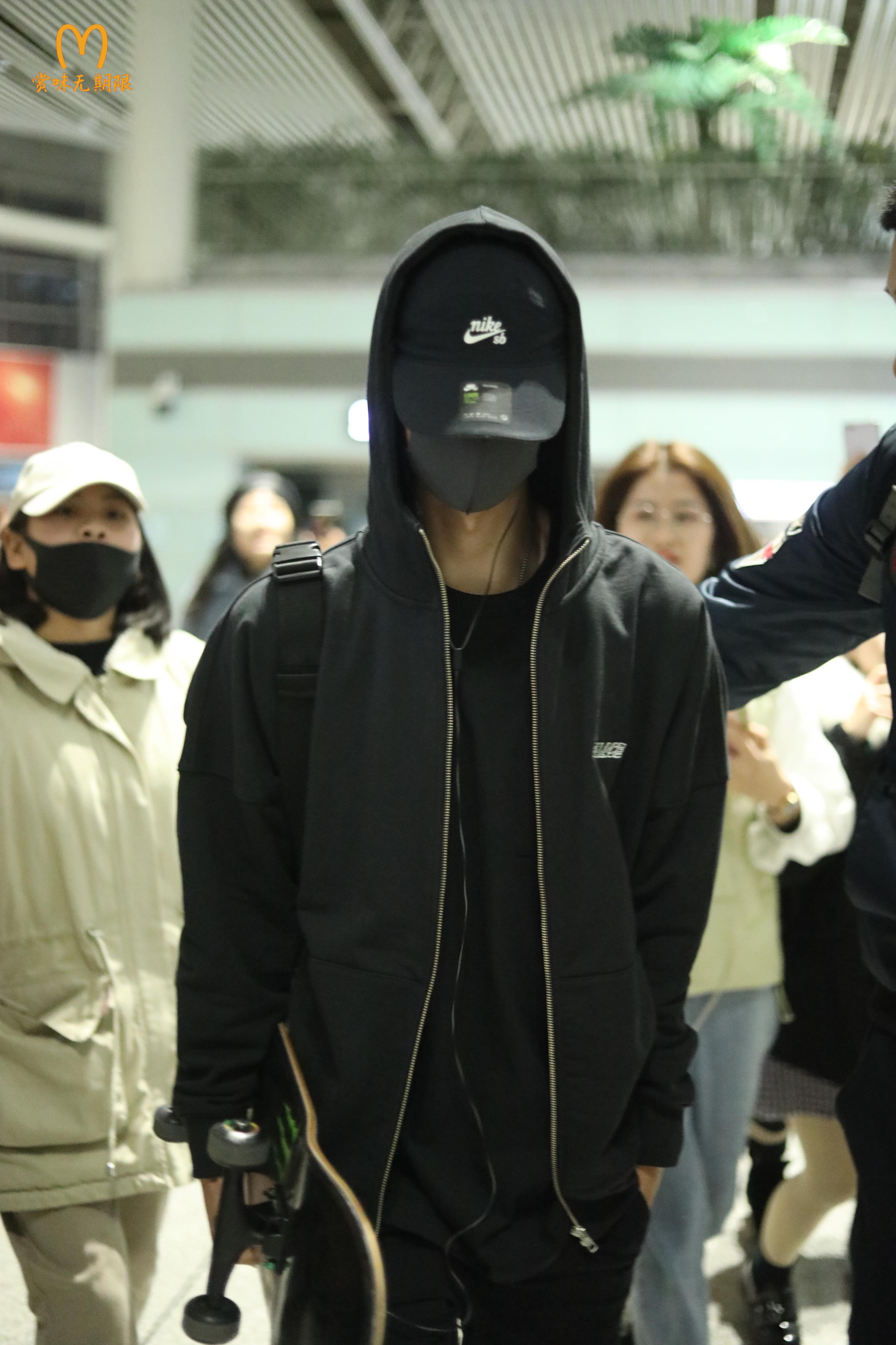 王一博 王一博长沙出发飞往杭州 深夜飞行凌晨抵达还要转车前往横店