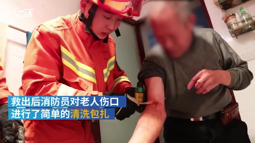 老人捡遥控器手卡便池,消防凿池救人