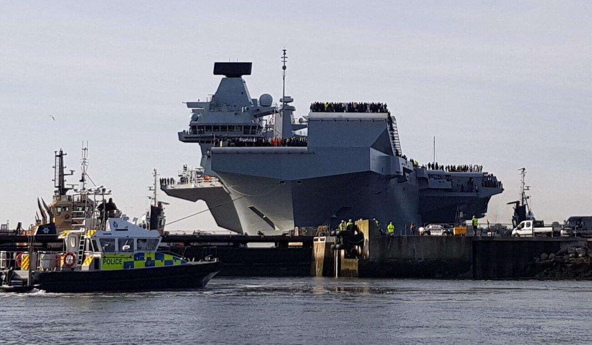 英威尔士亲王号航母首航 甲板上人头攒动