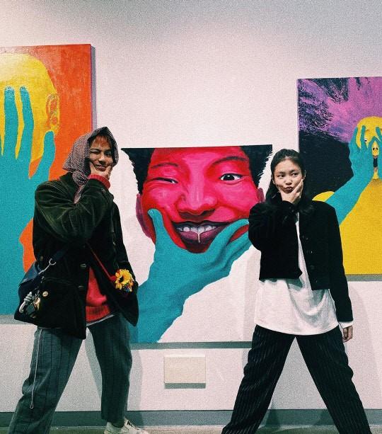 浩 JENNIE参观宋�F浩参与的美术展示会 展现暖暖的友情