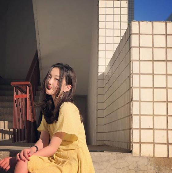 李嫣出国留学深夜泡酒吧,与姐妹浓妆艳抹晒照惹非议