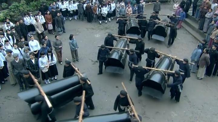 儿子判死刑,黑老大母亲直接带百十口棺材来给儿子送行,场面震撼