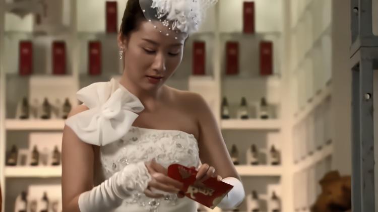 爆笑:新娘为验礼金真假,竟在婚礼现场放验钞机,不料下秒出事了