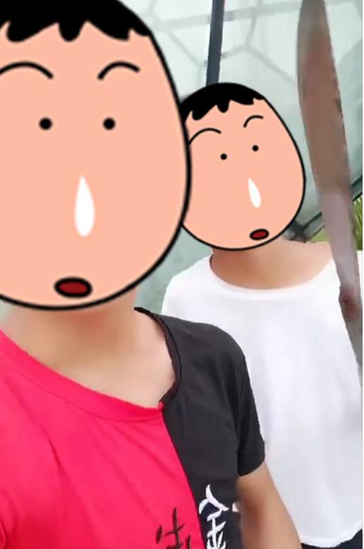 湖南茶陵两个少年模拟段子手持刀拍视频