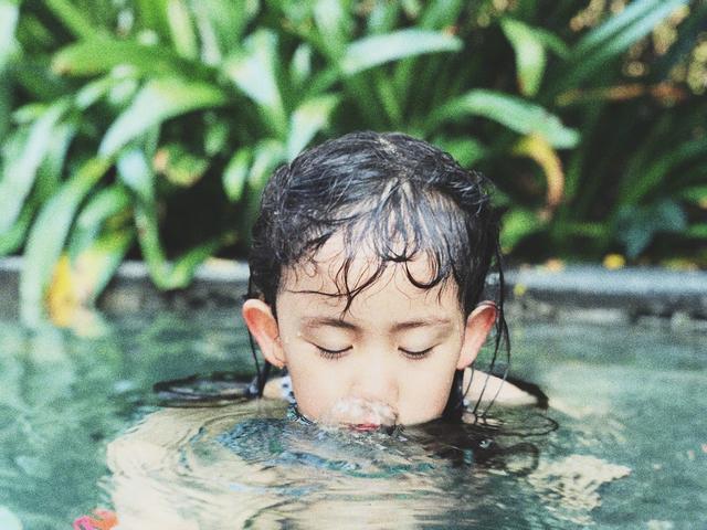 孙莉晒多妹游泳萌照堪比大片,灵动可爱如迷你版黄磊