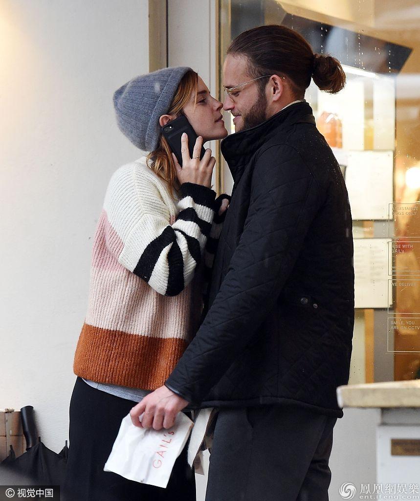 """""""赫敏""""艾玛闭眼索吻超甜蜜新男友正脸曝光这颜值你打几分"""