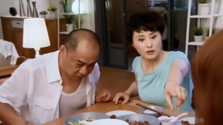 爆笑:准女婿登门拜访,岳父:你喜欢我闺女哪?女婿伸手一指笑抽
