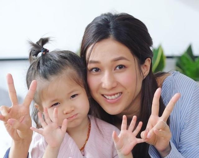 钟嘉欣晒照为一双儿女庆祝生日,姐弟俩模样呆萌可爱像爸爸