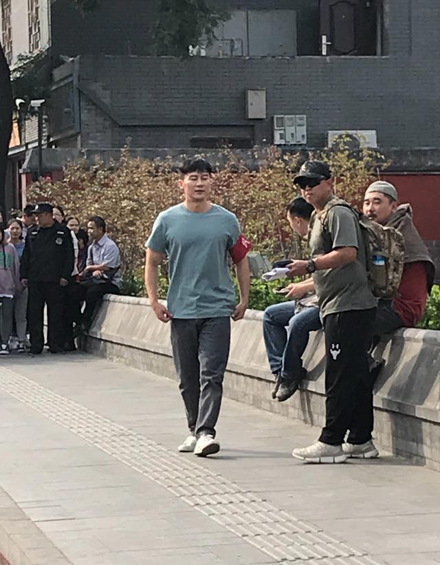 网友偶遇李晨街头拍戏:身材发福明显,戴袖章变居委会大叔