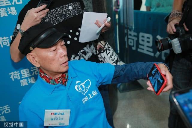 73岁罗家英精神抖擞,3度抗癌成功与年轻人大玩自拍